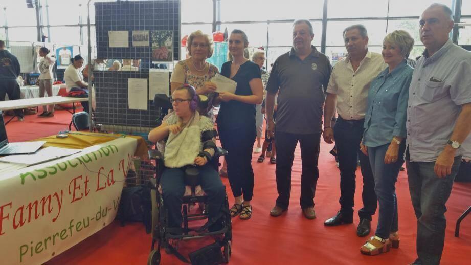 Marcelle Buret (à gauche) a remis un chèque de 2 500 euros à Sindy Giraud en présence des élus pierrefeucains.