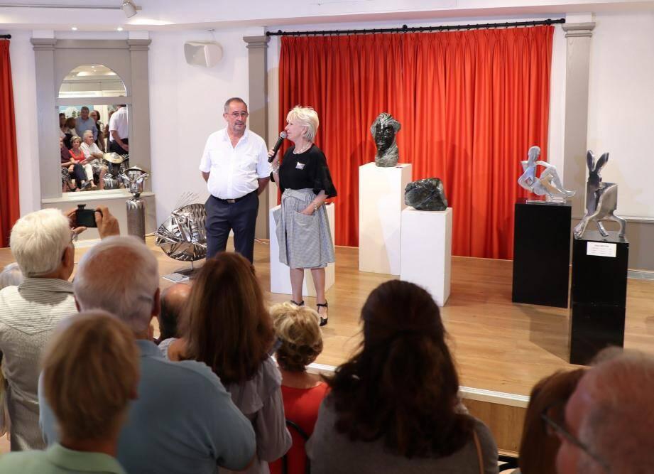 La présidente Danielle Mitelmann et le Maire Alain Benedetto pour le discours d'inauguration, au milieu des sculptures, un décor inhabituel qui a rencontré un franc succès.