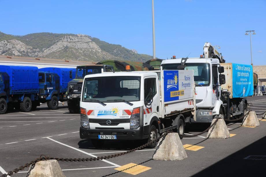 Deux véhicules envoyés par la ville de Cannes prêts à embarquer, hier à Toulon.