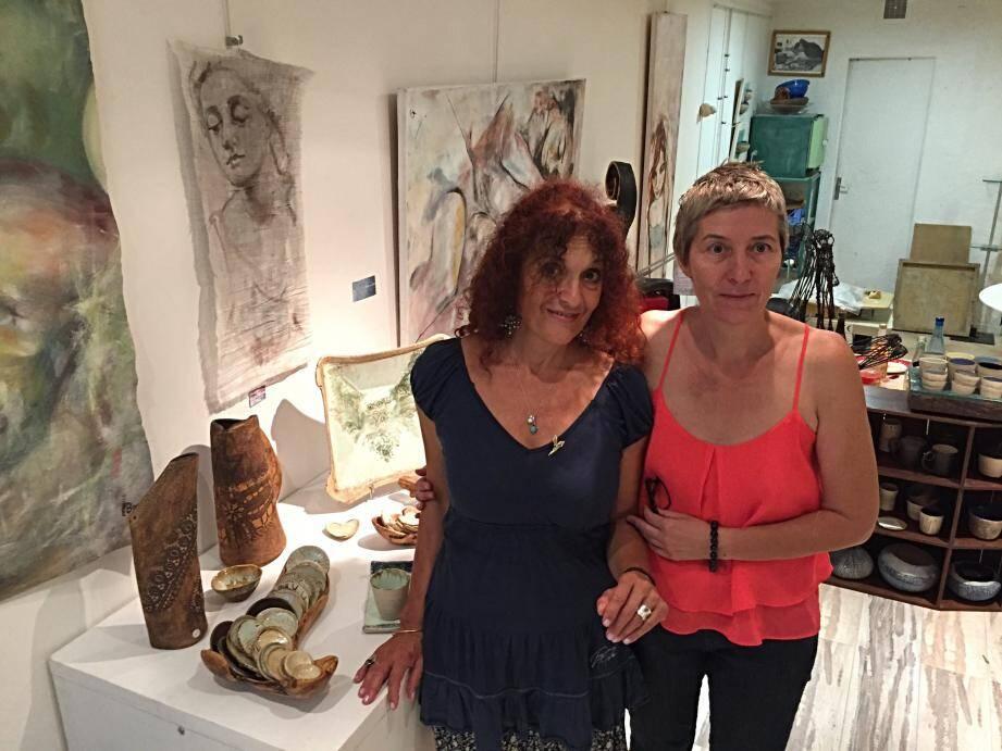 Hend (à droite) accueille Manuela Joé dans son atelier-galerie.