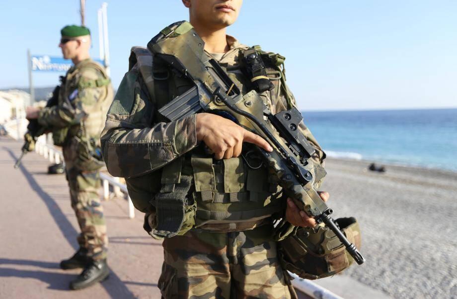 Les militaires de Sentinelle patrouillent en divers points du département, ci-dessus sur la promenade des Anglais à Nice.