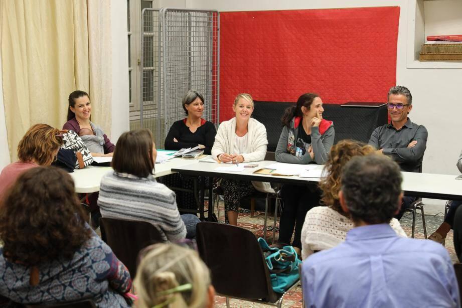 De gauche à droite : Élodie Faccendini, Myriam Perret, Stéphanie Allart, Magali Saramito Vahié-Cordero et Sébastien Pichon. Ces parents d'écoliers et collégiens ont repris, avec Stéphanie Mougenot et Claire Cros également, la direction de l'APE de Sospel.