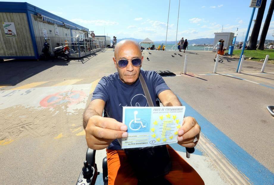 Brahim Benkrouidem se déplace en fauteuil ou marche difficilement à l'aide d'une canne.