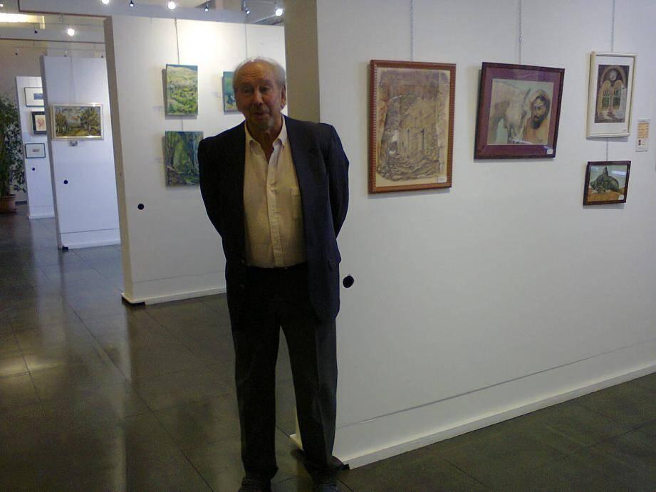 Jean-Pierre Casabianca devant les œuvres des peintres.