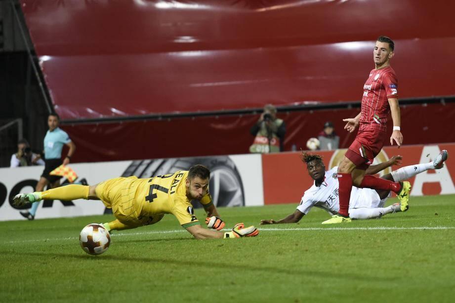 Saint-Maximin a inscrit le quatrième but azuréen et son premier sur la scène européenne hier soir.  De son côté, Dante, ci-contre, a joué les renards de surface et scoré juste avant la pause.