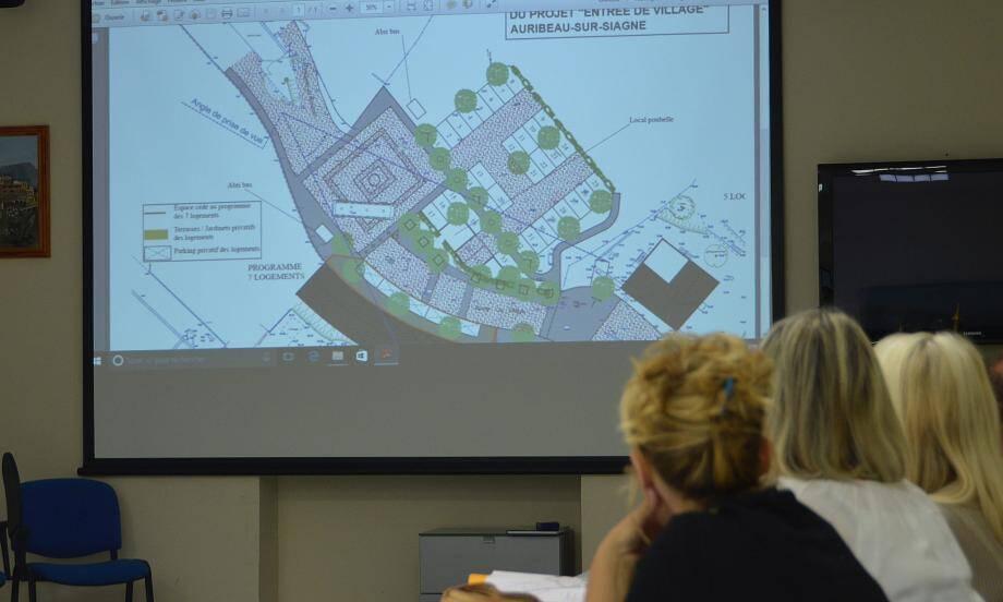 Le premier plan a été présenté aux élus et expliqué par le maire.