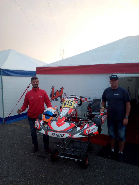 Éric Chapon (à gauche) et Jesse Bouhet posent au côté du kart gagnant.