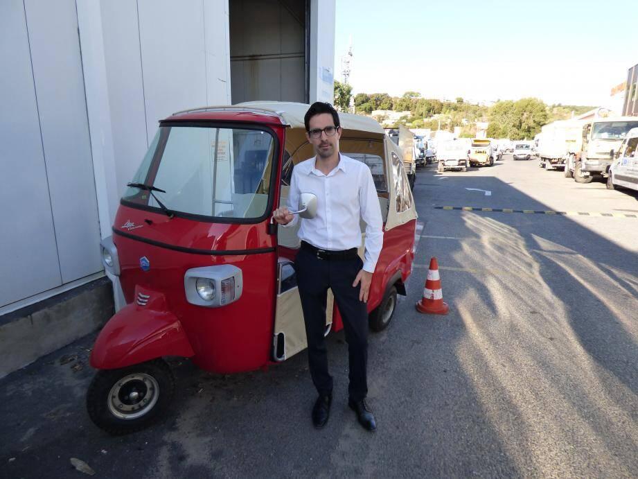 Pierre Ippolito devant une des toutes dernières nouveautés de la marque Piaggio qui sera présentée à Azur Environnement.