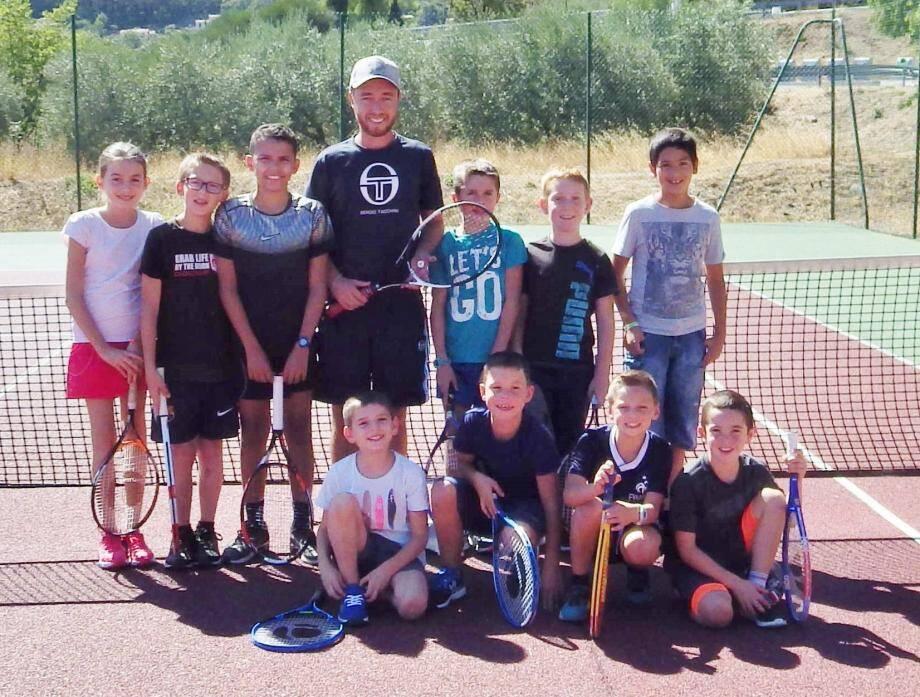 Raphaël au milieu de ses jeunes joueurs.