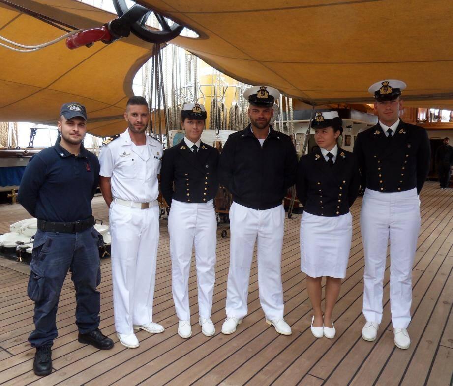 Selon Simone, 19 ans, et Maria Héléna, 20 ans, cadets de la marine italienne : « Le plus difficile, ce sont les manœuvres des voiles. Plus on est petit, plus on monte haut. Il y a 24 voiles, grandes chacune comme six terrains de basket. »