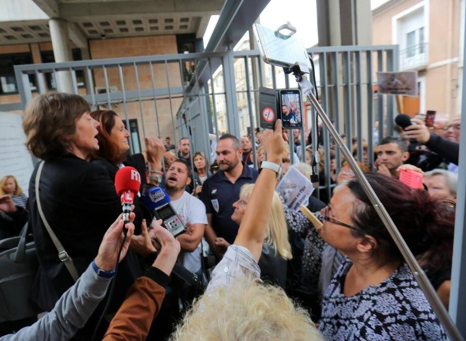 Mes Moreau et Terrin lors d'un échange tendu à l'issue de l'audience devant les manifestants.