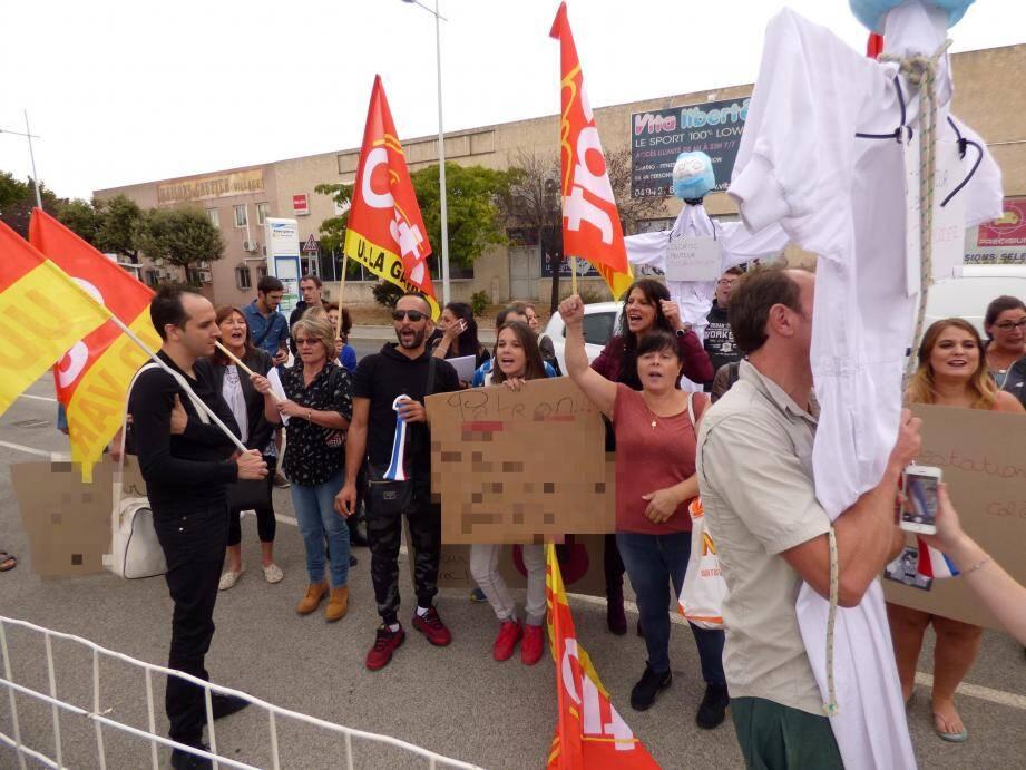 Pendant près d'une heure, les salariés ont brandi et chanté des slogans hostiles à l'établissement et à leur ex-patron.