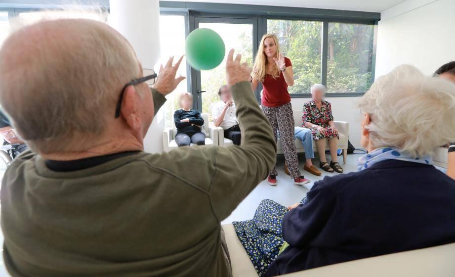 Plus les patients sont stimulés, plus ils se maintiennent. Tous les prétextes sont bons : exercices physiques, activités manuelles, etc.