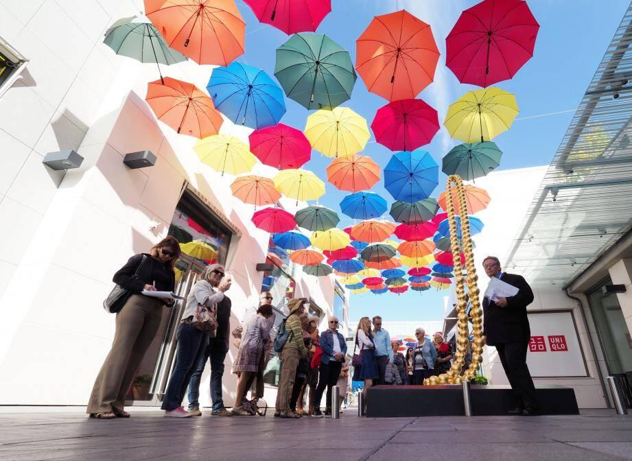 Le collier de Jean-Michel Othoniel, sous l'ombrelle de parapluies créée par Polygone. En phase avec le thème jeunesse des Journées de cette année.