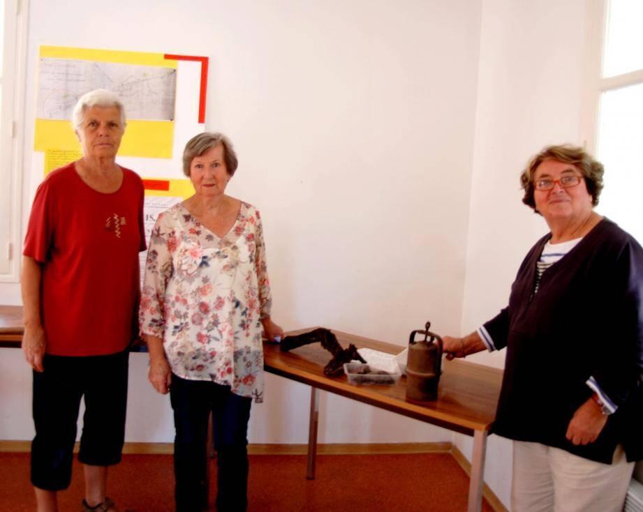 Autour de la présidente Inès (au centre) Marie-Josée et Josette, des Amis de La Cadière, présentent l'exposition sur la mine de lignite de Fontanieu.