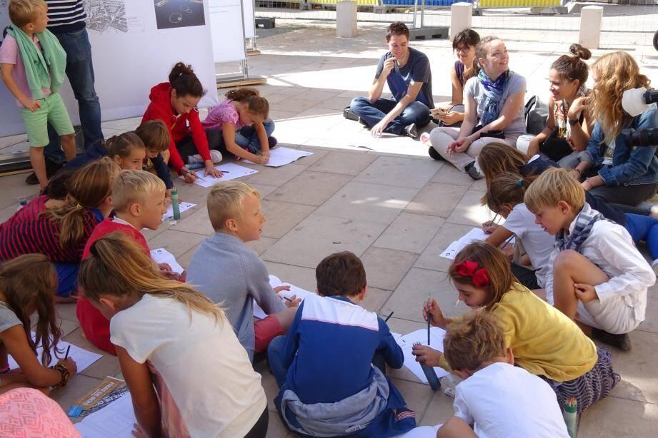 Au cours d'un atelier, les enfants ont reproduit des particularités des constructions de la place de L'Équerre.