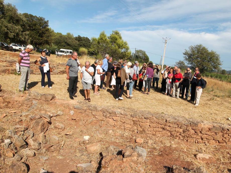 De nombreux visiteurs suivent avec attention les visites programmées par le centre archéologique du Var, qui se poursuivent aujourd'hui.