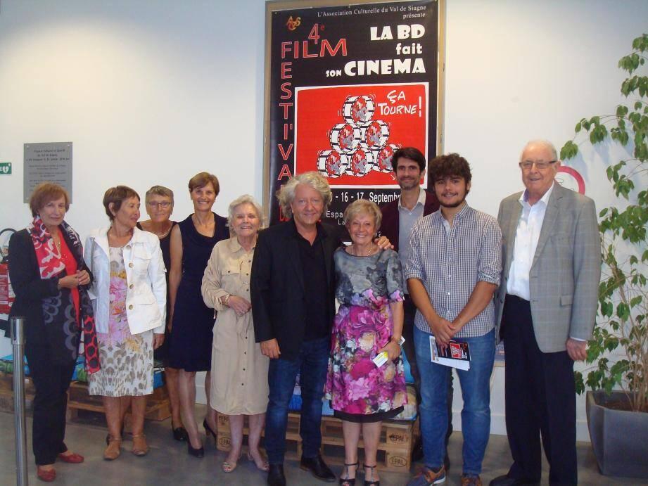Le maire André Roatta, les responsables de l'ACVS, Kristian, Julien Camy, aiment ciné et BD.