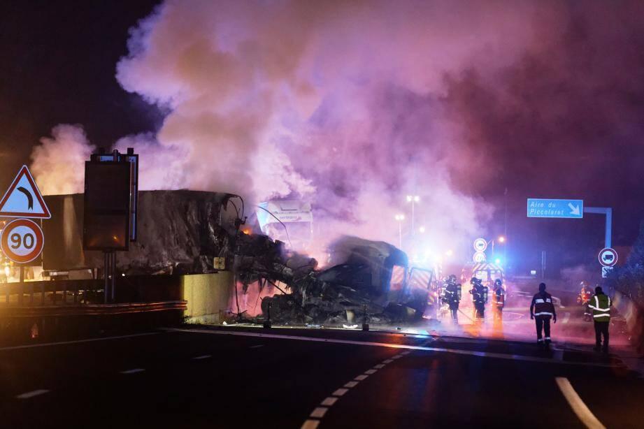 Une trentaine de pompiers déployés ont fini par venir à bout de l'incendie, mais la carcasse du poids lourd calciné a causé de sacrés embouteillages sur le trafic autoroutier.