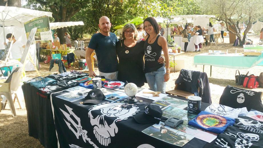 Heureuse du bon déroulement de ces journées consacrées à un retour la vie «autrement», Marie-Hélène Navarro, présidente de Colibri83 Golfe de Saint-Tropez, accueille avec joie les représentant de Sea Shepherd.
