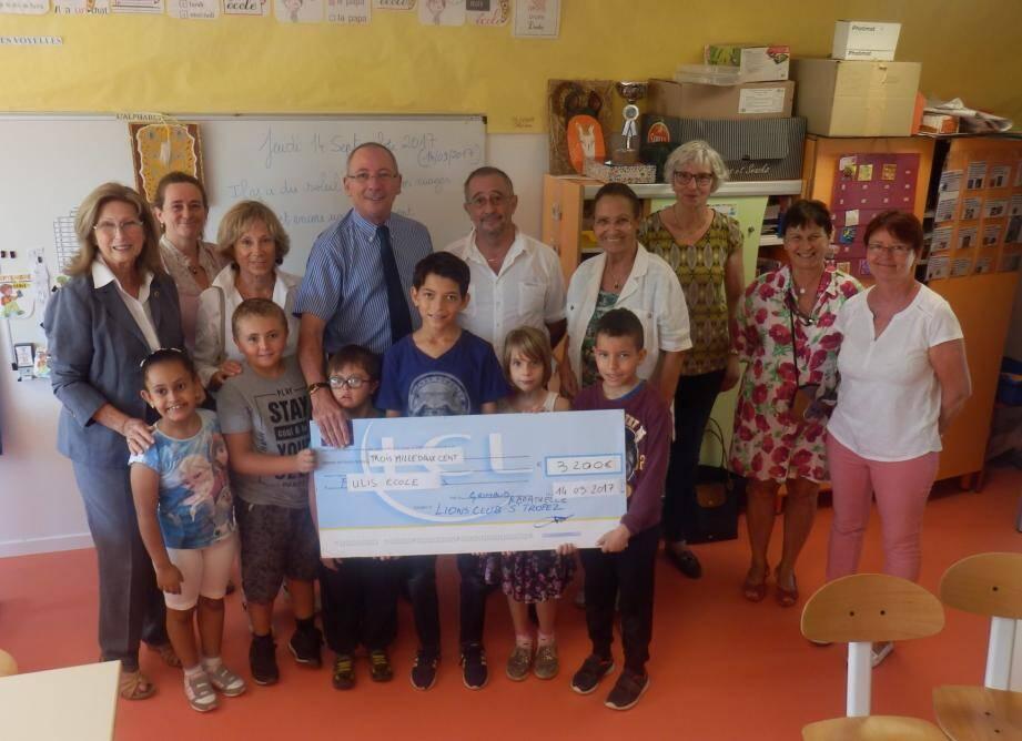 des sourires et du bonheur pour cette aide financière qui va permettre de nouvelles activités à la classe.