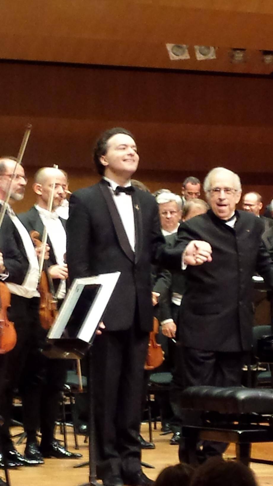 Evgeny Kissin avec, à droite, le chef d'orchestre Lawrence Foster au moment des saluts.