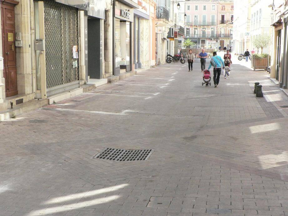 Sacré contraste hier entre la rue Cisson, noire de monde...