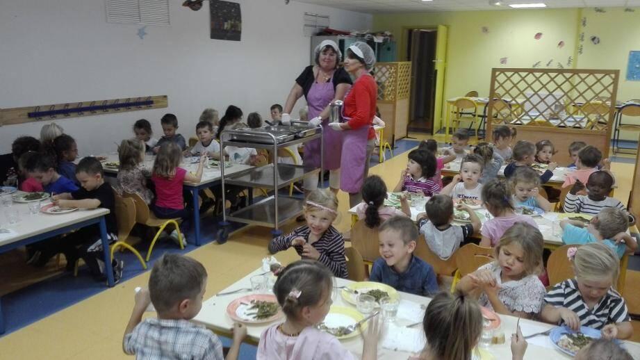 Le repas pris à la cantine : un grand moment de détente attendu par les élèves.