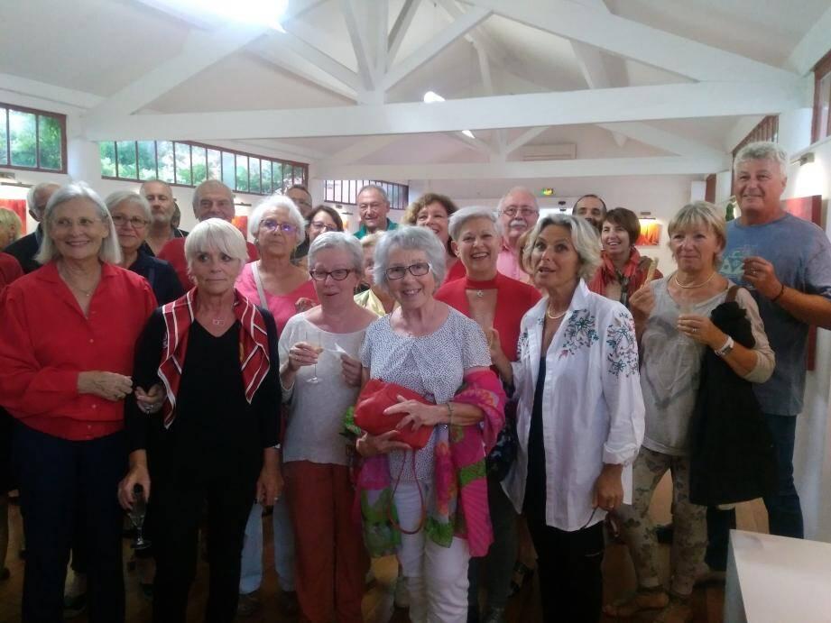 De nombreuses personnes étaient présentes aux vernissages sur le thème du « rouge ».