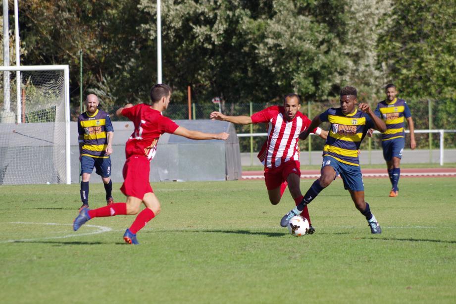 Jason Banda (ballon au pied) et ses coéquipiers s'imposent au terme d'un match riche en buts.