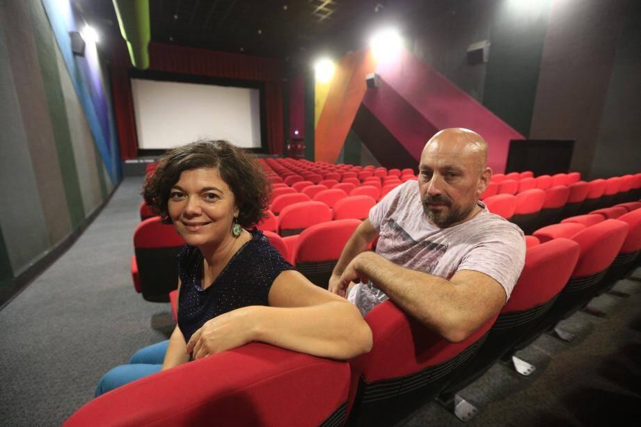 La directrice du centre culturel Claire Marenco et le nouveau projectionniste Jean-François Morroni ont pris les commandes de la salle de cinéma de l'Espace Centre.