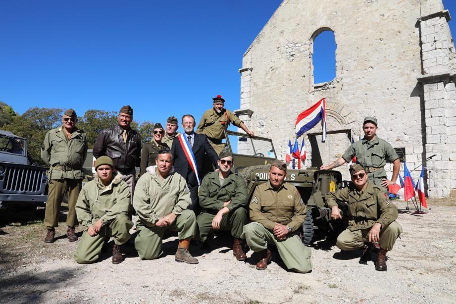 Devant les ruines encore debout de l'ancienne église du village d'alors, les hommes en tenue d'époque du MVCG SECA ont fait revivre le souvenir d'une guerre destructrice.