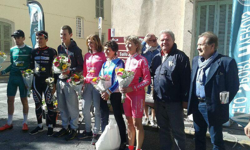 Les lauréats masculins et féminins, Jeannie Longo en tête, aux côtés des autorités civiles et sportives au moment de la remise des coupes.