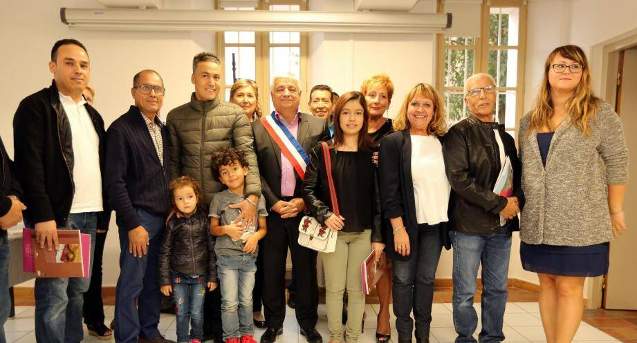 Les élus municipaux, le maire Didier Brémond en tête (portant l'écharpe), ont assisté à une cérémonie informelle saluant la naturalisation d'étrangers habitant Brignoles.