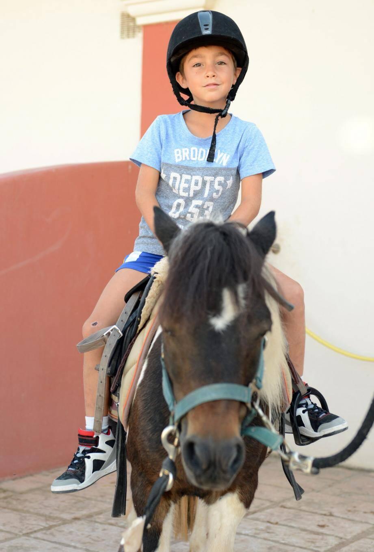 Un jeune cavalier sr son poney.