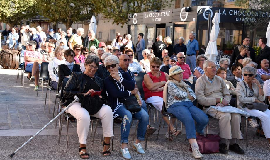 Le public était au rendez-vous de cette soirée de clôture, malgré la fraîcheur ambiance, appréciant les chansons françaises  !