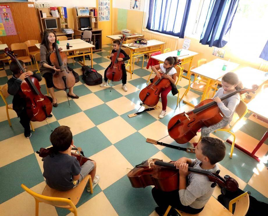 Le groupe violoncelle rassemblé autour de Lucie Grugier.
