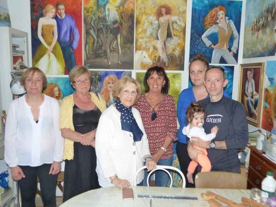 Anne-Marie Barbéra, ici au centre, dans son atelier au milieu des ses œuvres, en compagnie d'animateurs des ateliers proposés.