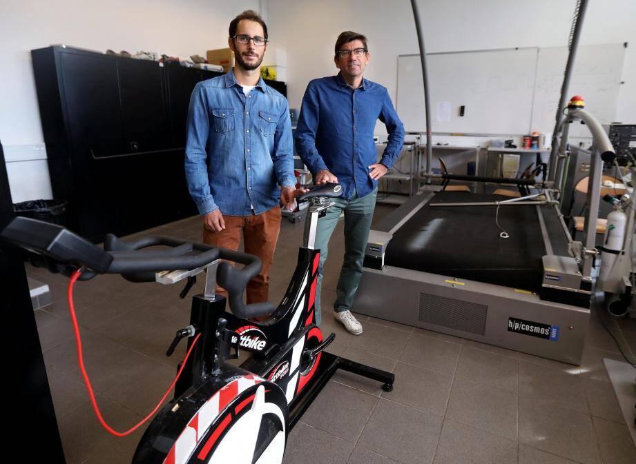 Mathieu Gruet et Jean-Marc Vallier, ici dans le LAMHESS (laboratoire motricité humaine expertise sport santé) sur le campus de l'université de Toulon à La Garde. Mais pour travailler sur la mucoviscidose, les deux enseignants-chercheurs se rendent régulièrement à l'hôpital Renée-Sabran d'Hyères au plus près des patients.