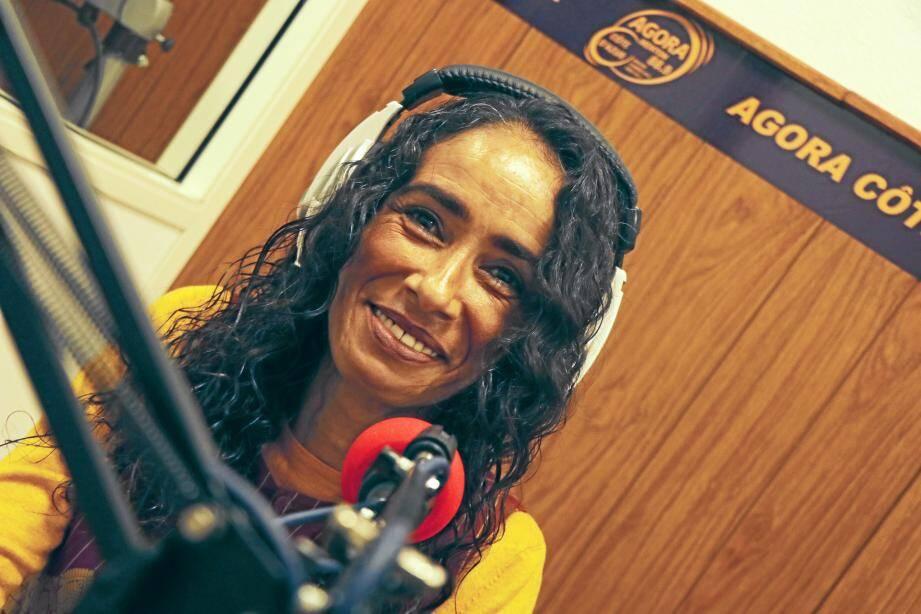 La journaliste Fathia Merfoud, présentatrice phare de l'antenne mentonnaise d'Agora FM se réjouit de rempiler cette année et promet de « belles choses » à ses nombreux et fidèles auditeurs.