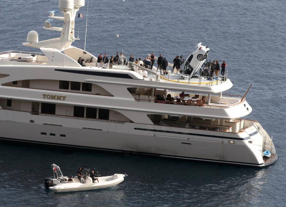 Hier, un gros yacht est apparu au large d'Anthéor, au moment du tournage où le taxi se trouve encastré sur le pont supérieur...