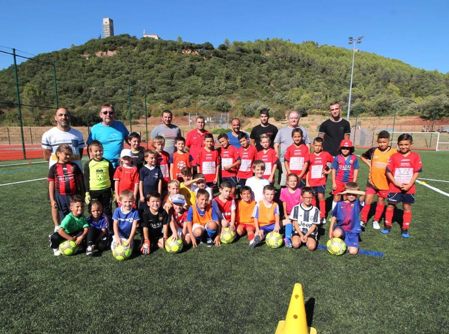 En arrière-plan l'équipe des entraîneurs qui vont veiller à la bonne éducation sportive des jeunes.