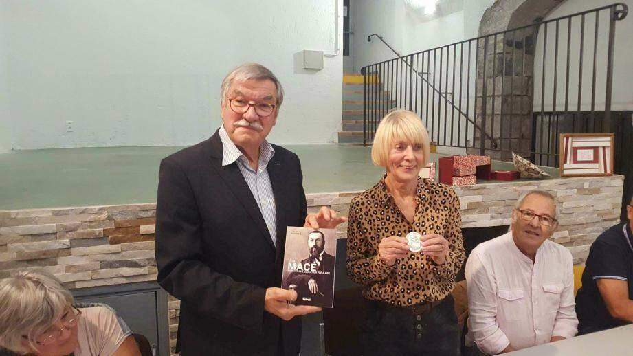 Jean-Jacques Ceris remet médaille et ouvrages à Huguette Pélissier, présidente de l'ALASE.