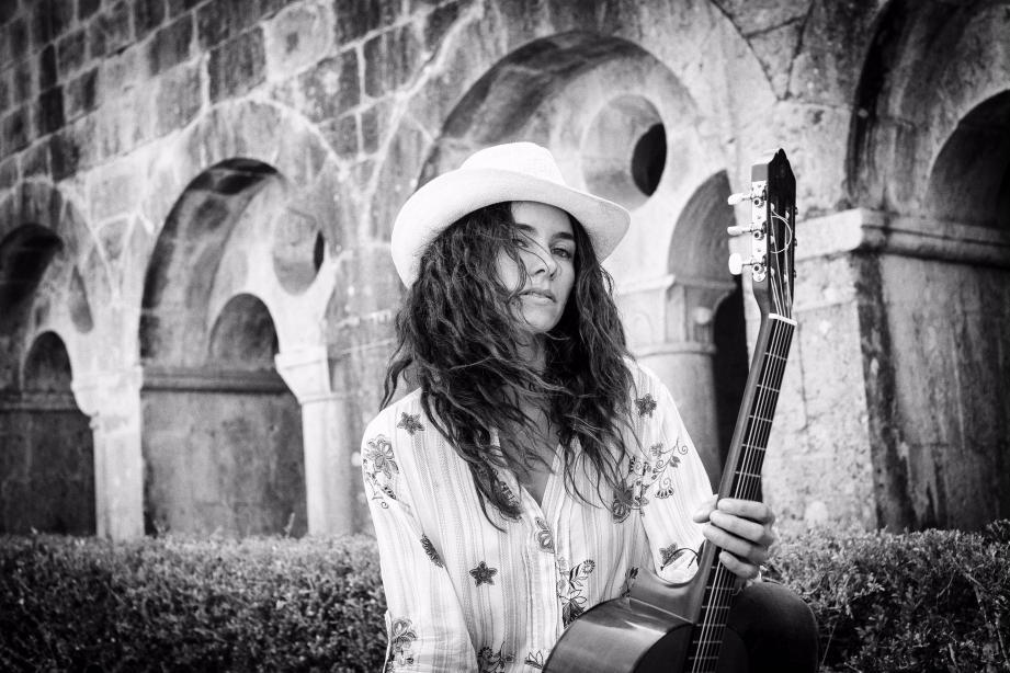 Surnommée « la pierre précieuse britannique » pour son nouvel album buried in Vegas qui sortira l'année prochaine, Noush Skaugen est tombée sous le charme du Var, comme ici à l'abbaye du Thoronet. Elle compte bien y revenir enregistrer un prochain album inspiré de ses rencontres estivales.