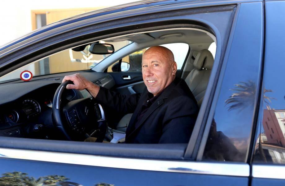 Avec toujours la cocarde apparente, Marcel Arnal connaît sa Citroën par cœur. Véhicule officiel et vitrine de la mairie.