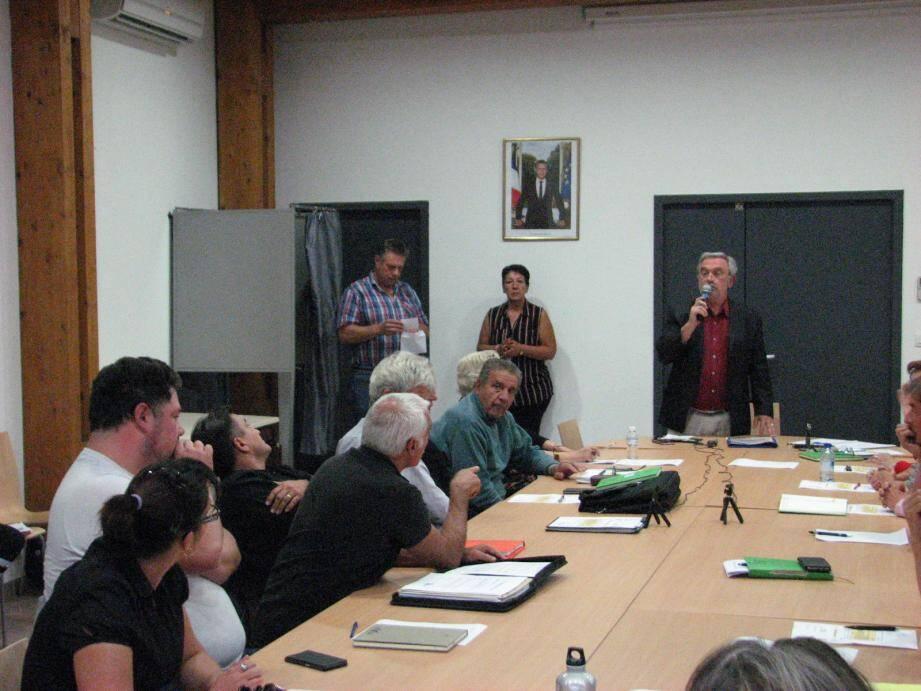 Le maire, Pierre Gautier (au micro) a demandé au conseil de retirer leur fonction d'adjoint à Gilbert Bringant (doigt pointé) et Thierry Constant (sortant de l'isoloir).