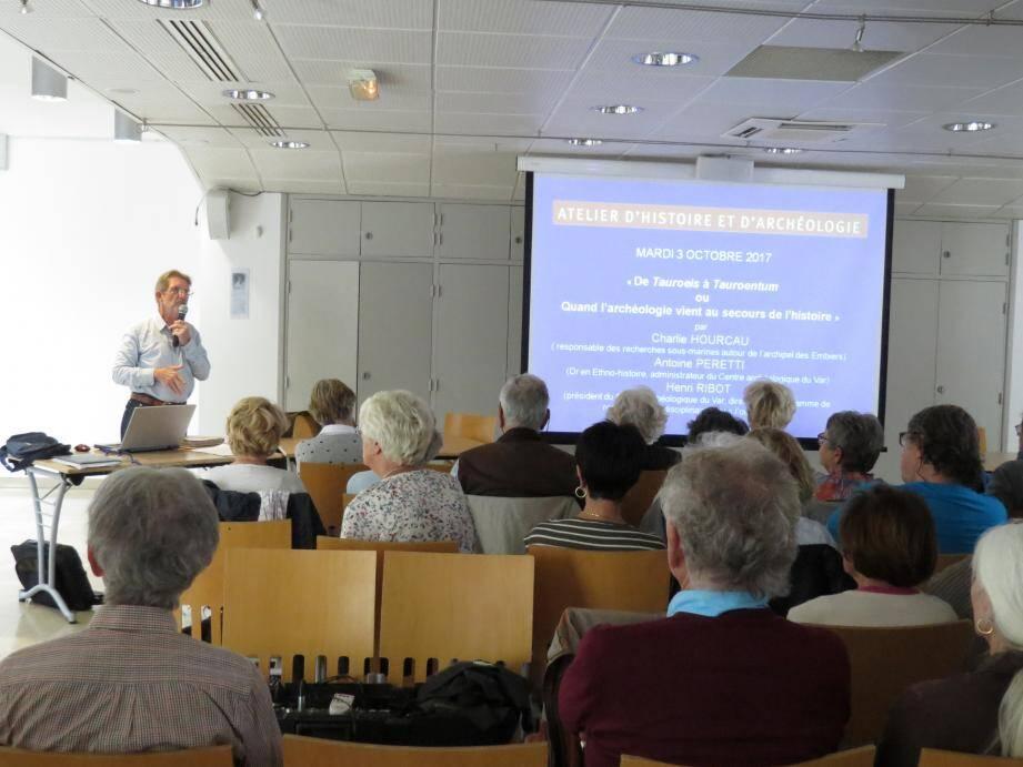 Henri Ribot, le président de l'association, a présenté chacun des ateliers et les conférences qui attendent les adhérents cette année.