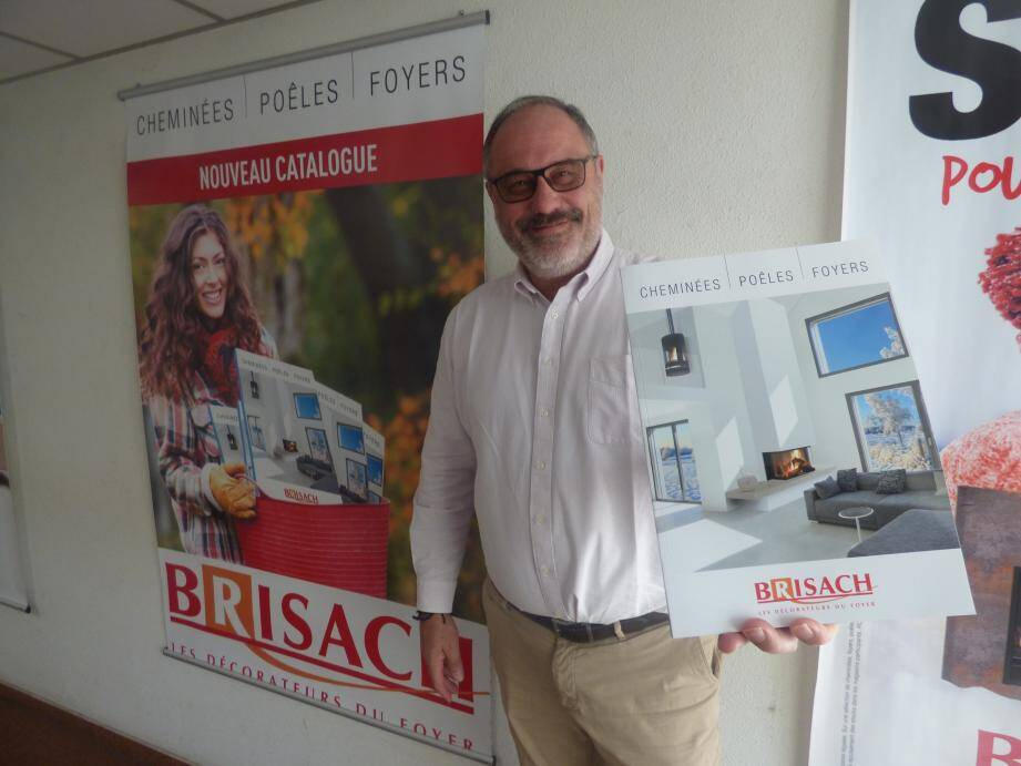 Le directeur général de Brisach Jean-François Manevy présente la campagne d'affichage et le catalogue des nouveaux produits maison.