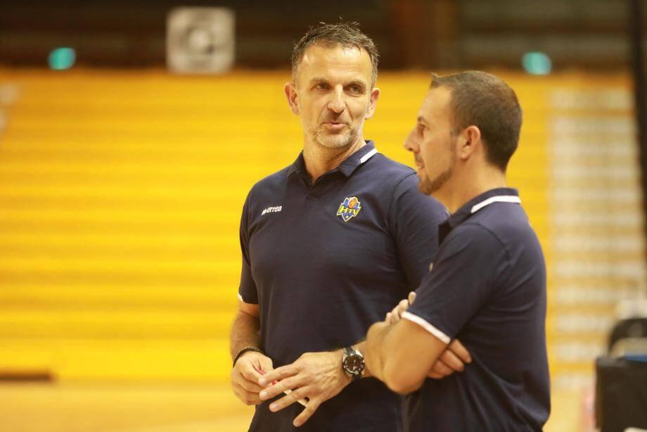 Manu Schmitt (ici au côté de son assistant Sébastien Devos) espère façonner « une équipe intelligente ».