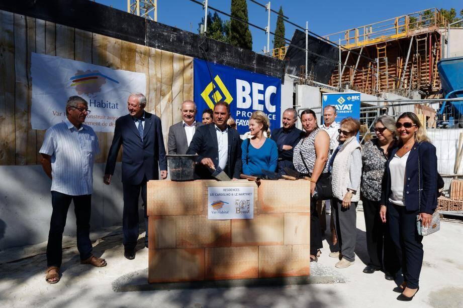 Le maire (2e à gauche) et les personnalités invitées ont posé, hier matin, la première pierre symbolique du chantier de 21 logements en cours rue Font Neuve.